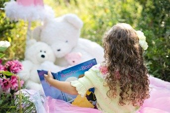 little-girl-reading-912380_1920 pixabay Kind vorlesen.jpg